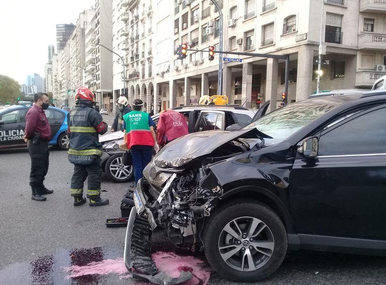 El lugar del accidente y el auto de Campuzano destruido en el frente