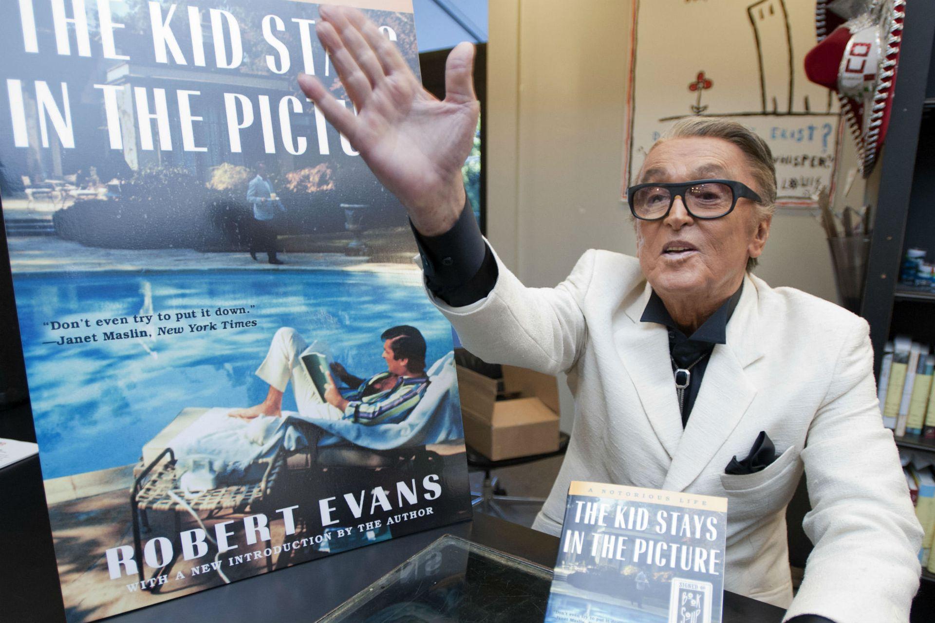 Robert Evans, el productor que sacó de la ruina a Paramount y que respaldó El padrino, aquí presentando su autobiografía, The Kid Stays in the Picture, de la que luego se desprendió un documental