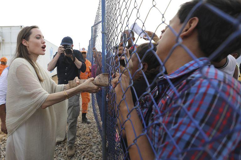La enviada especial de la ACNUR, Angelina Jolie, se reúne con migrantes venezolanos en un campamento administrado por la ONU en Maicao, Colombia, en la frontera con Venezuela, el 8 de junio de 2019. Jolie dijo al semanario alemán Welt am Sonntag, el domingo 5 de septiembre de 2021, que le preocupa la situación de las mujeres y niñas en Afganistán. (Foto AP/Fernando Vergara, Archivo)