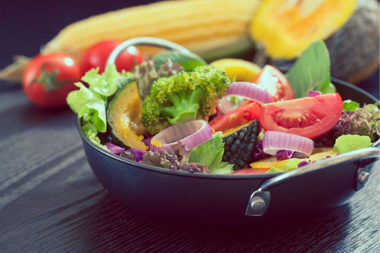 Una alimentación sana, cuidar tu salud mental, mantenerte físicamente activo y dormir lo suficiente ayudarán a mantener tu sistema inmunológico en buena forma