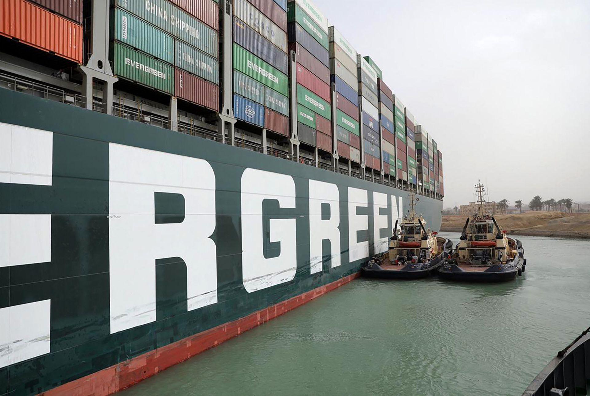 Barco encallado en el Canal de Suez es contenido por varios remolcadores
