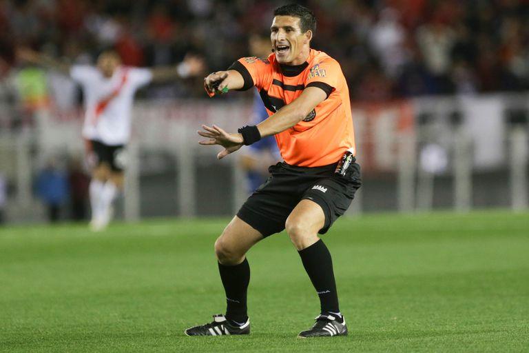 River-Vélez: el árbitro Merlos, cuestionado por sus errores desde todos lados