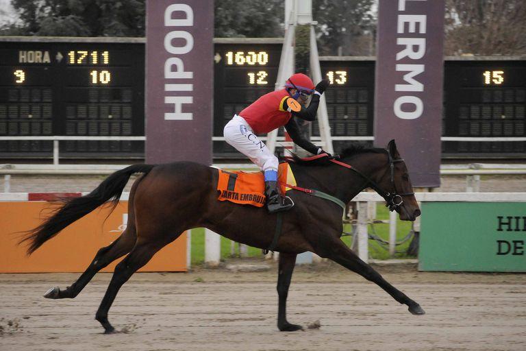 Carta Embrujada logró su tercera victoria en cuatro carreras y Juan Noriega, su jockey, festejó con su clásico meneo cuartetero de su mano derecha.