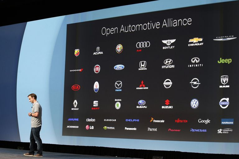 Patrick Brady, director de ingeniería en Google, muestra las compañías que se sumaron a su plataforma de computación para el auto