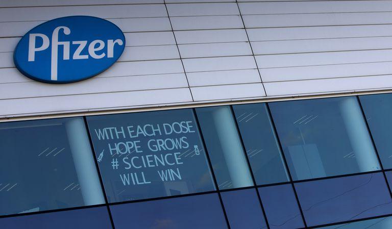 """Un centro de manufactura de Pfizer en Puurs, Bélgica; el cartel dice: """"Con cada dosis crece la esperanza, ganará la ciencia"""""""