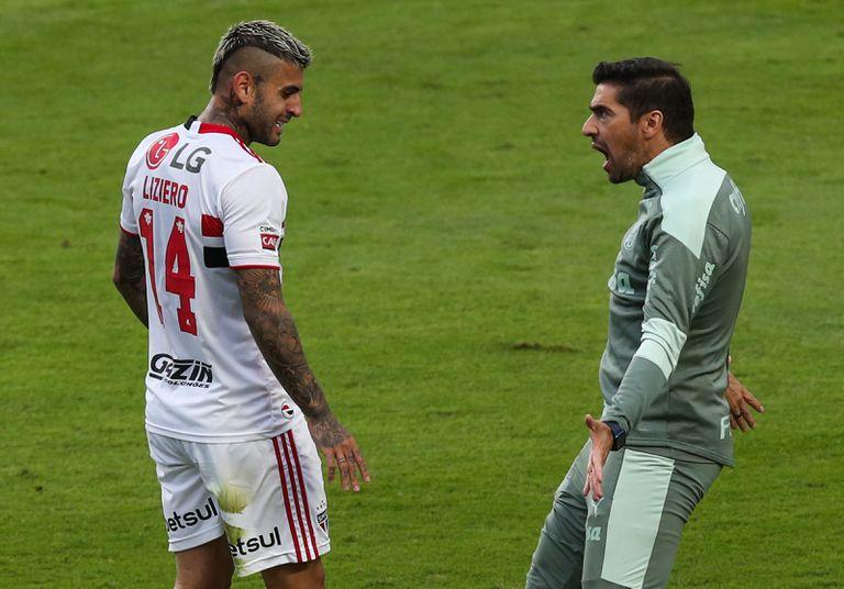Liziero de Sao Paulo discute con Abel Ferreira, entrenador del Palmeiras durante el segundo partido final entre Sao Paulo y Palmeiras como parte del Campeonato Paulista 2021 en el Estadio Morumbi el 23 de mayo de 2021 en Sao Paulo, Brasil.