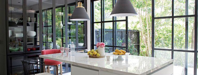 Líneas austeras. Una casa abierta al verde, con una cocina soñada y estudio