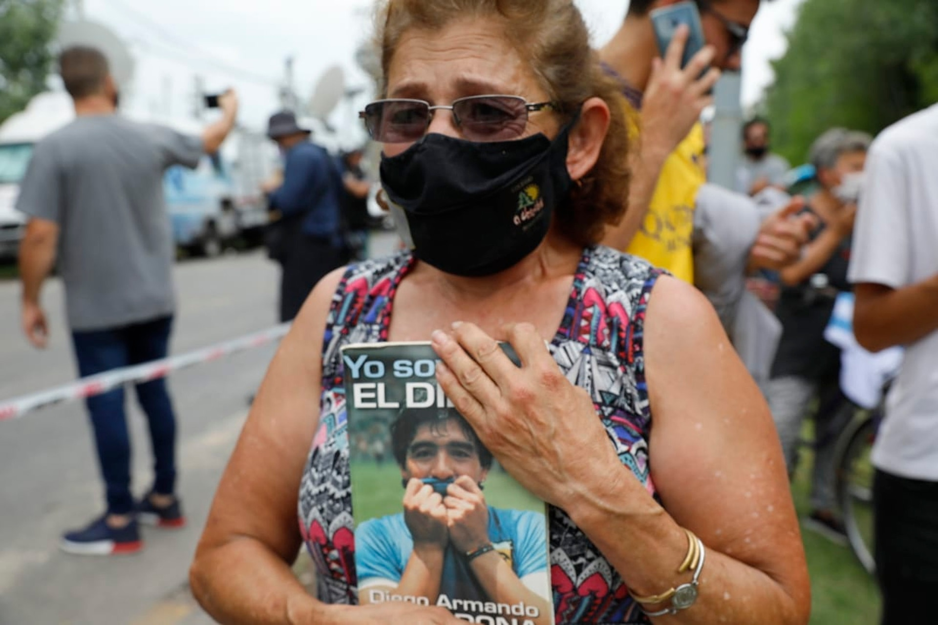 Conmovidos simpatizantes se acercan al Barrio San Andrés de Tigre, donde murió Diego Maradona.