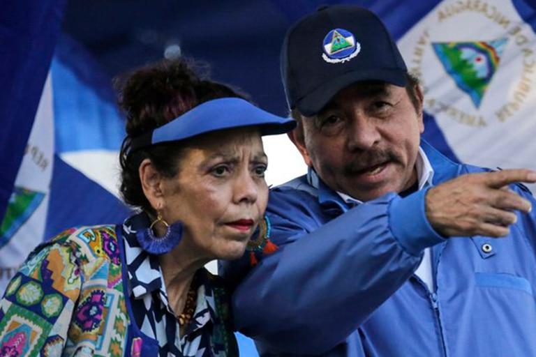 El presidente de Nicaragua Daniel Ortega junto a su esposa, la vicepresidenta Rosario Murillo