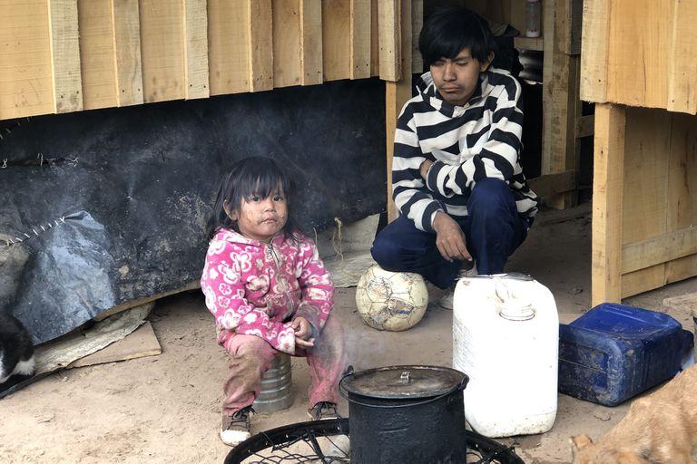 Alberto Barrios vive con su mujer y sus tres hijos en la comunidad La Paloma, en Hickman. Gracias a la ayuda de Cáritas lograron mudarse a una casa prefabricada de madera. Antes vivían en una casilla de palos de madera y plásticos
