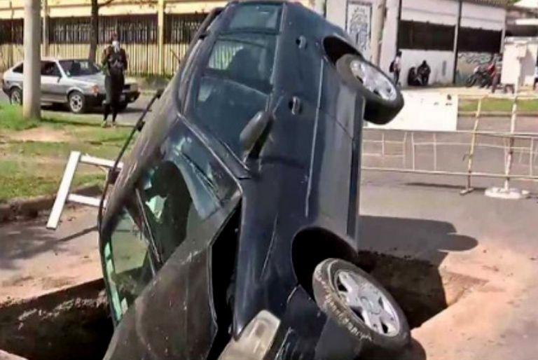 """Un pozo se """"tragó"""" un auto en plena calle de Rosario"""