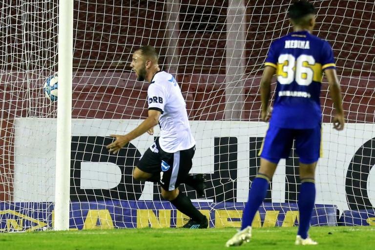 Leonel Landaburu celebra el sorprendente 1-0 de Claypole ante Boca.
