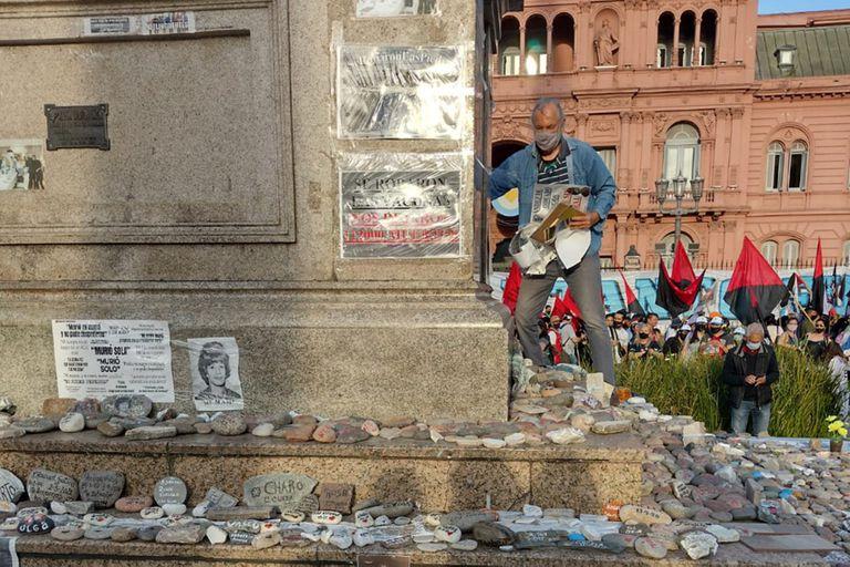 Pisan las piedras de las víctimas del Covid-19 para arrancar carteles críticos con el Gobierno