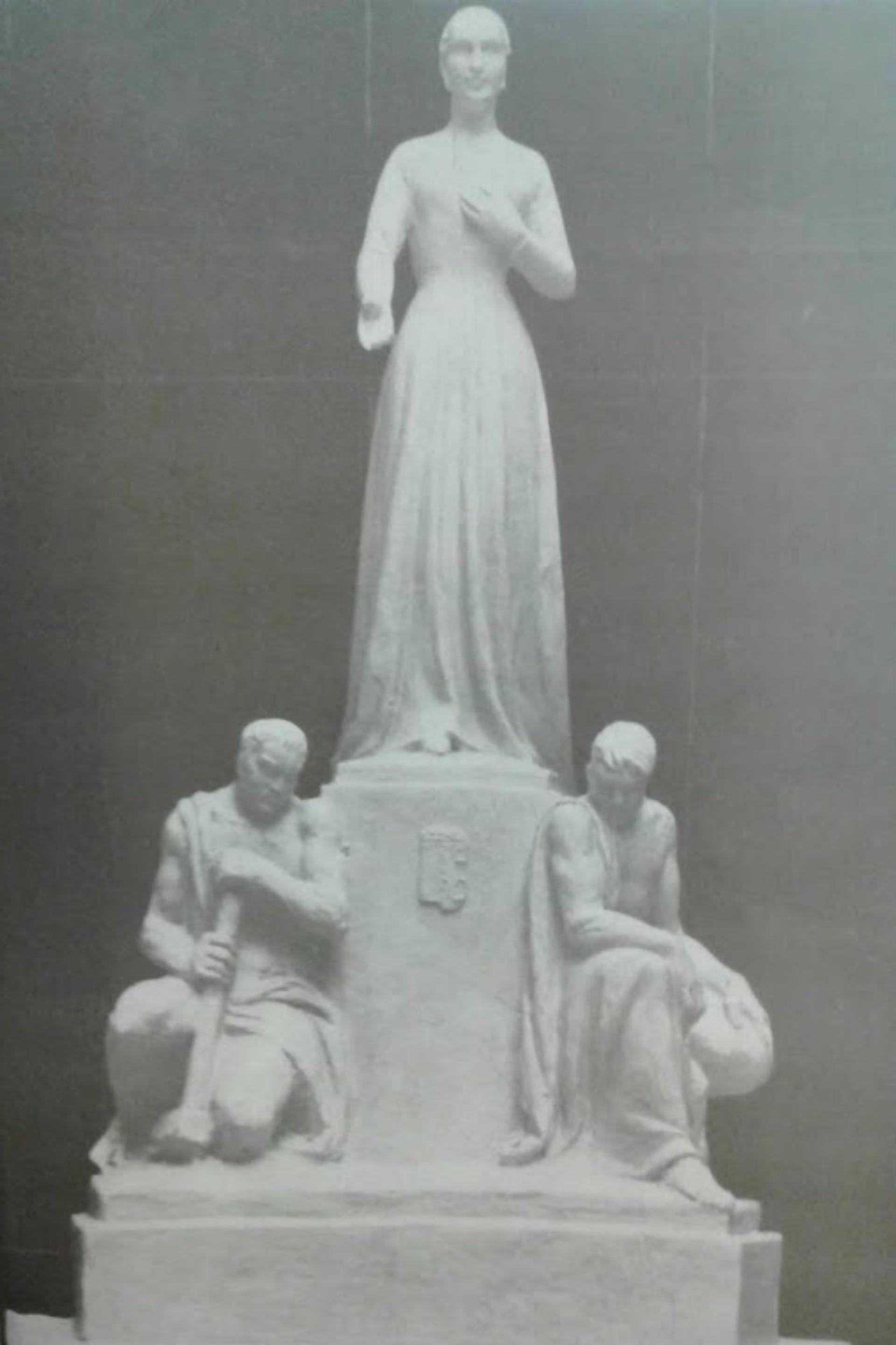La escultura de Eva con las representaciones del trabajo manual y el intelectual estaría dentro del mausoleo