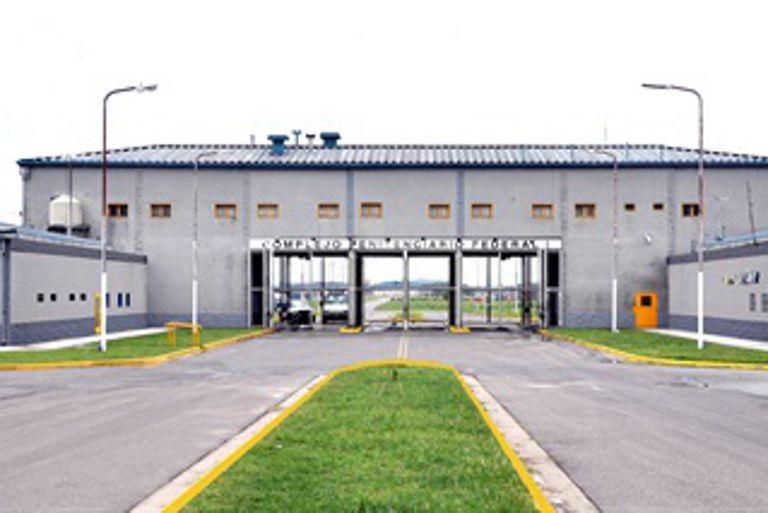 Decenas de empresarios y exfuncionarios superpoblaron la cárcel más grande del país