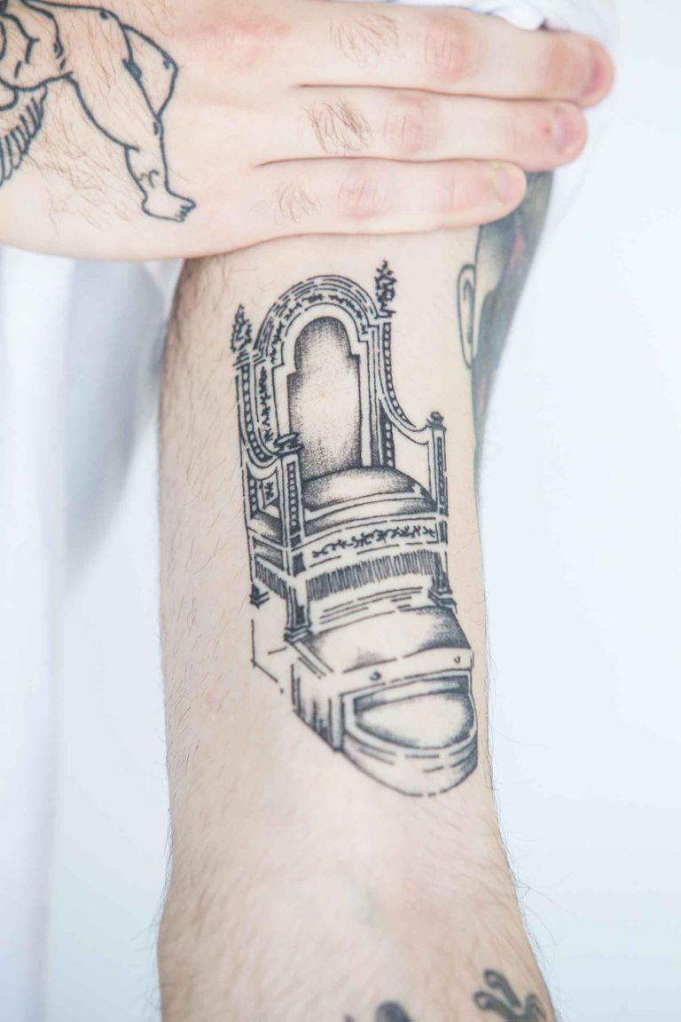 La silla que usan para trasladar al Papa por el Vaticano es uno de los últimos tatuajes que se hizo.