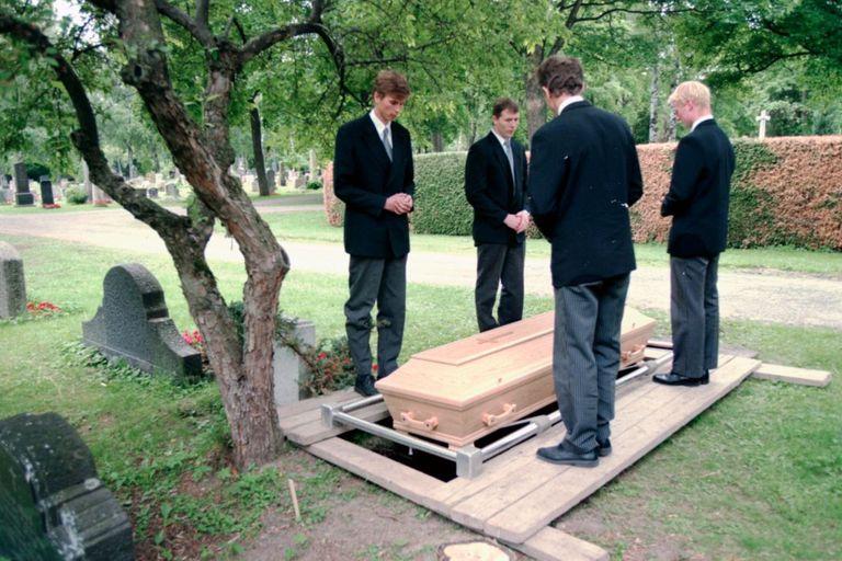 El 26 de junio de 1996, casi 13 meses después de su muerte, la mujer fue enterrada en una tumba anónima