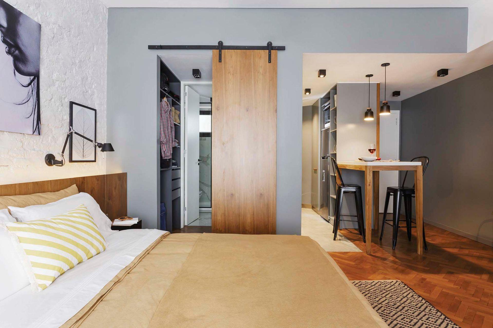 En lugar de puerta tradicional, el baño hoy tiene una galponera sobre rieles.
