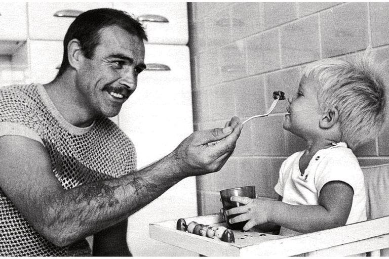 Una tierna postal en blanco y negro del actor dándole de comer a su único hijo, Jason, en 1963