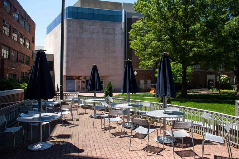 El campus de la Universidad de Georgetown se ve casi vacío ya que las clases se cancelaron debido a la pandemia de coronavirus, en Washington, DC, el 7 de mayo de 2020. - El costo de una educación universitaria en los Estados Unidos ha sido por mucho tiempo deslumbrante, con un año costando decenas
