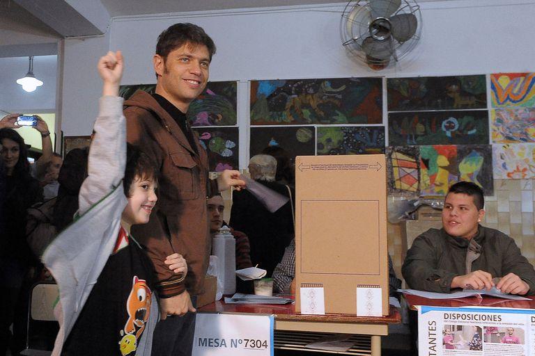 El entonces ministro de Economía Axel Kicillof, acompañado por su hijo, votó en la mesa 7304 de la Escuela 27 Petrolina Rodríguez, ubicada en Andonaegui 1532, en Parque Chas, agosto de 2015