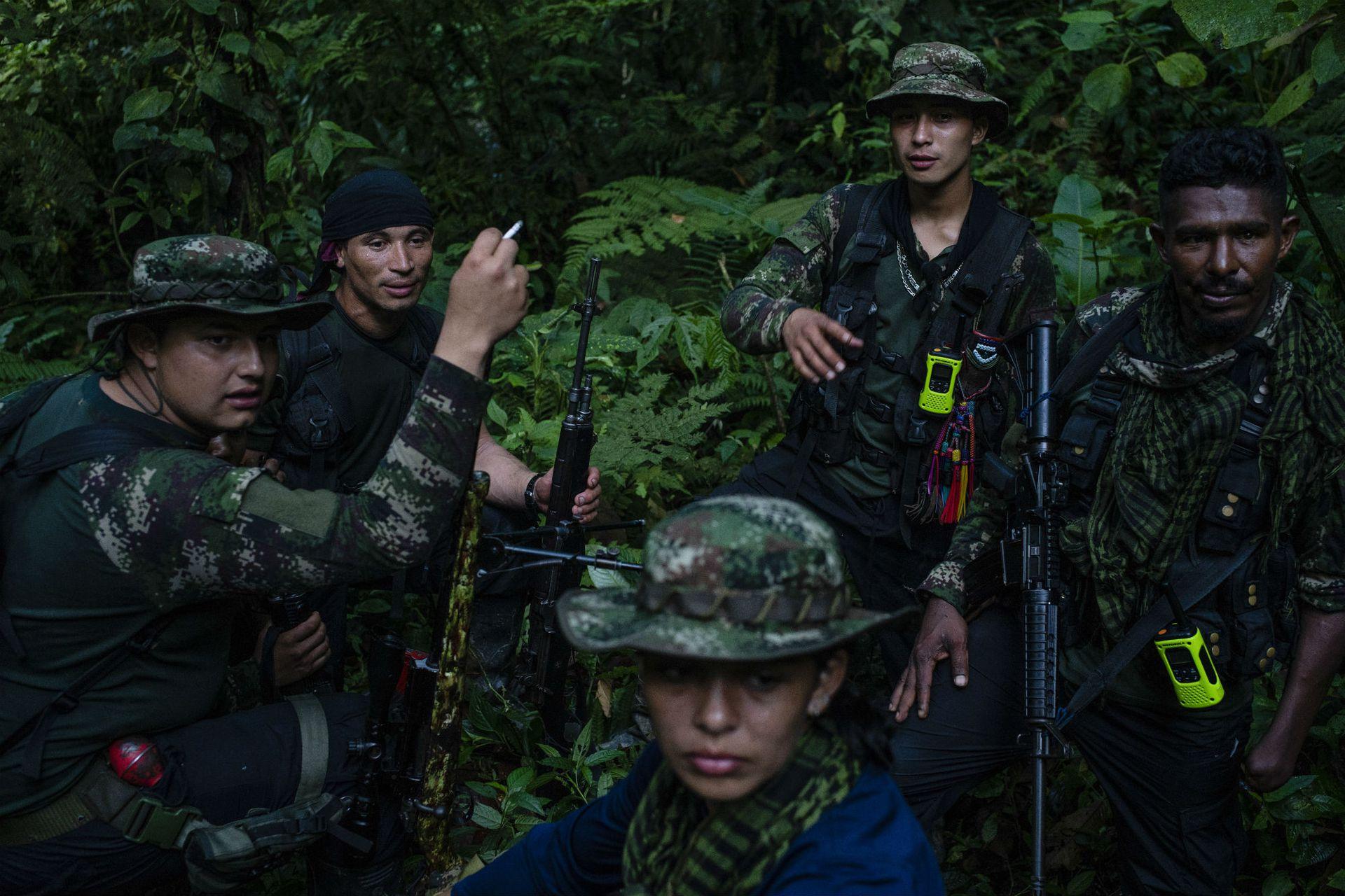 Un grupo de rebeldes de las nuevas FARC en un campamento en las montañas de Colombia