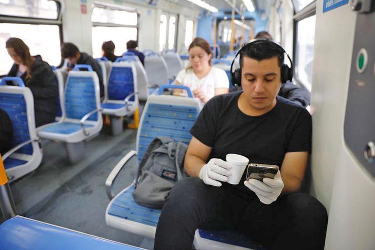 En el tren Mitre la gente viaja sentada, hay controles de los guardias en los vagones