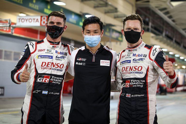 Pechito López, junto a sus compañeros de tripulación Kamui Kobayashi y Mike Conway; los tres son campeones mundiales de Resistencia, con Toyota.