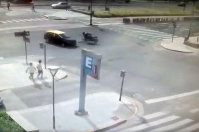 Accidente fatal: un taxista chocó a un hombre que iba en una moto