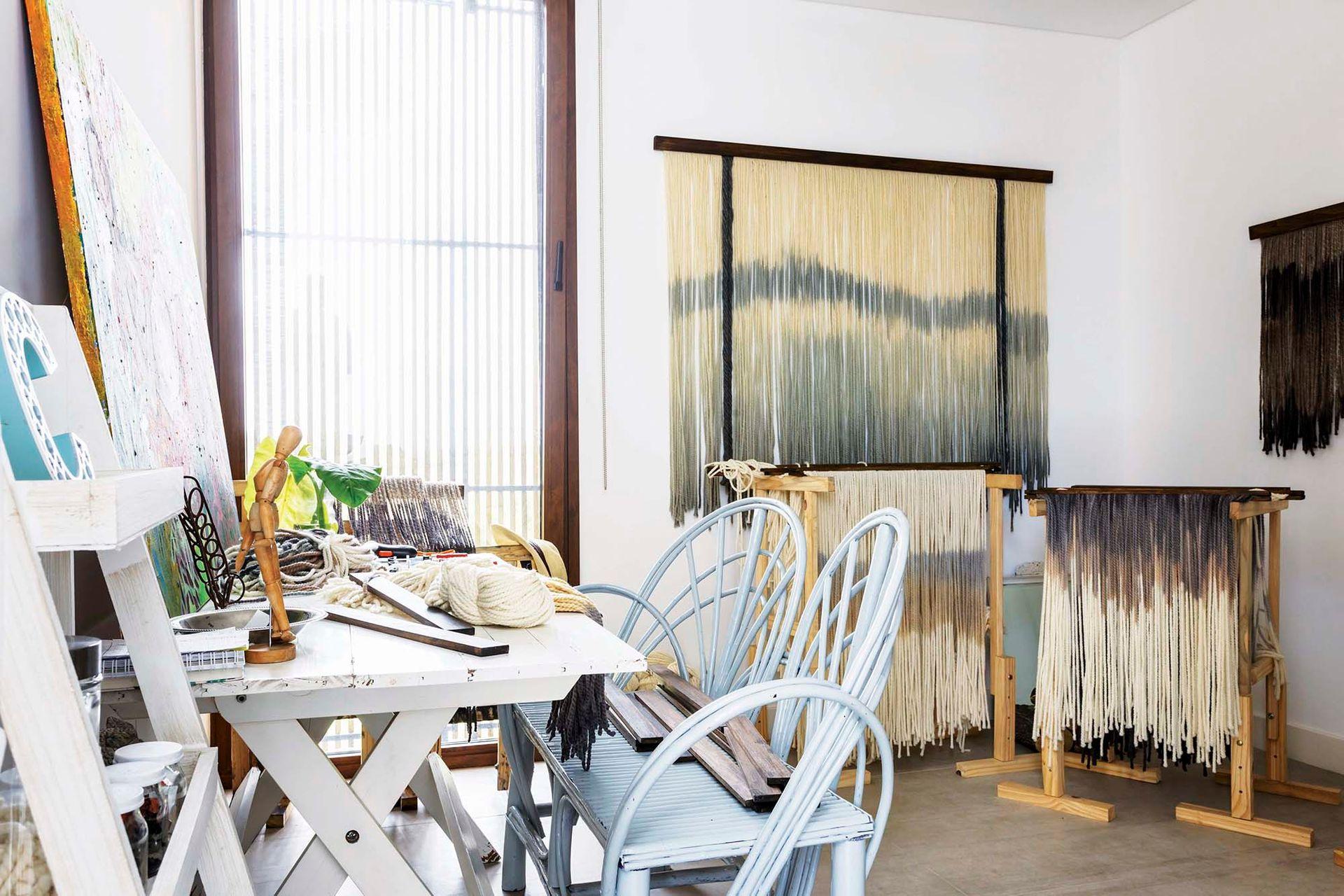 Luego de meses trabajando en el piso de la galería, Clara decidió transformar este cuarto vacío en taller y showroom de su marca de tapices, Hachez.