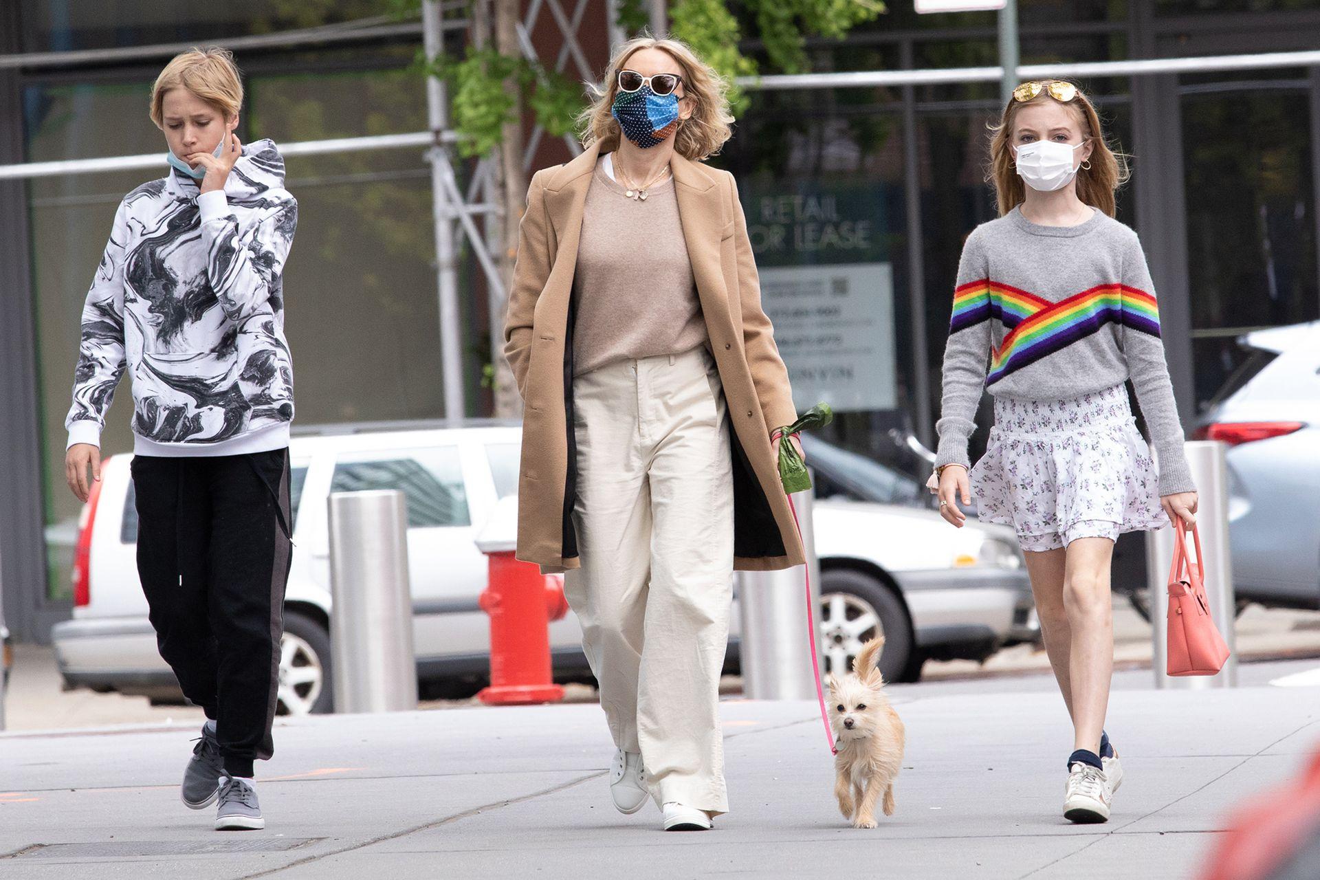 Un día de la madre en familia: Naomi Watts recorrió las calles de Nueva York junto a sus hijos y su mascota