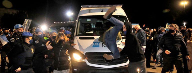 El dramático momento en que los vecinos impidieron el ingreso de Báez al country