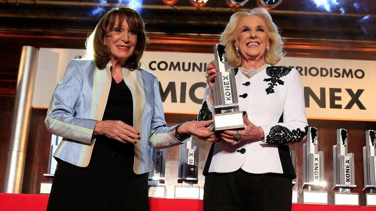 Mirtha Legrand recibe el premio que le entrega Magdalena Ruiz Guiñazú