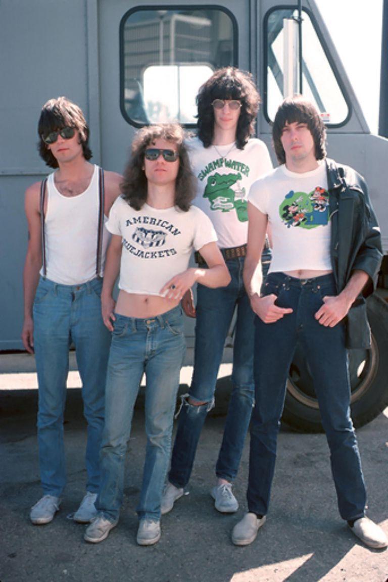 Dee Dee Ramone, Tommy Ramone, Joey Ramone y Johnny Ramone posando afuera del Civic Auditorium en Los Angeles en August de 1976