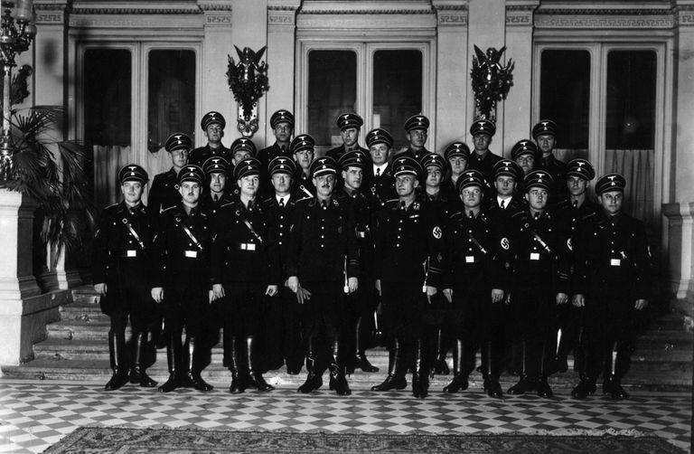 Franz Josef Huber, al centro de la primera fila y sosteniendo sus guantes, junto a su equipo de la Gestapo de Viena en una fotografía sin fecha