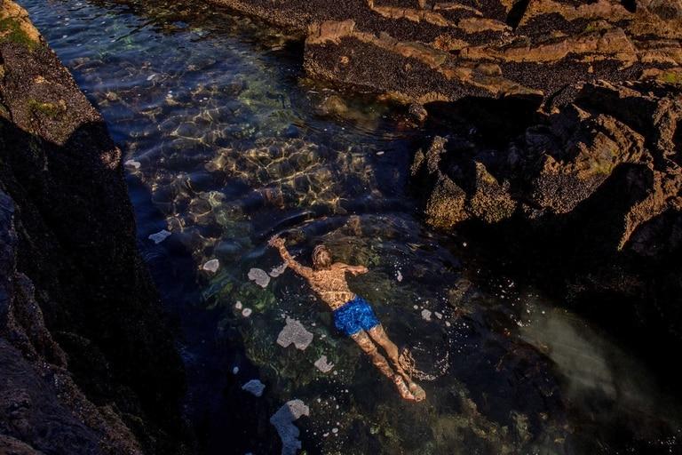 Dependiendo de las mareas, se producen piletones naturales de aguas esmeraldas alrededor de formaciones rocosas coloradas