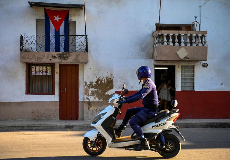 Patrullaje en las calle de La Habana (Photo by YAMIL LAGE / AFP)