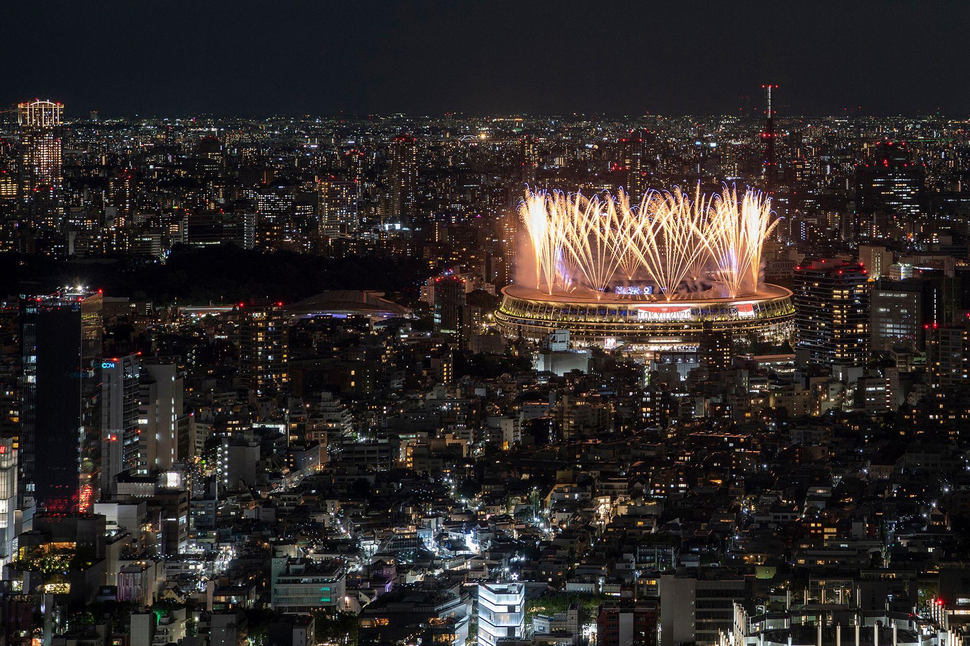 Los fuegos artificiales iluminan el cielo sobre el Estadio Olímpico durante la ceremonia de apertura de los Juegos Olímpicos de Tokio 2020, en Tokio, el 23 de julio de 2021.