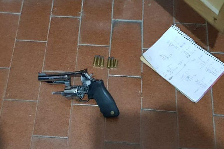 El revolver Taurus 357 fue encontrado con 5 cartuchos intactos y una vaina