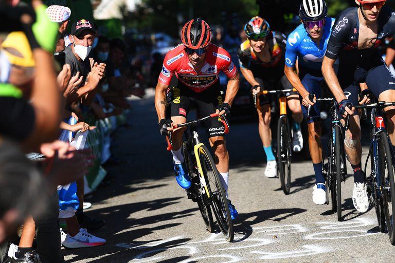 El esloveno Primoz Roglic lleva la camiseta roja de líder de la Vuelta a España; está por ganar por tercera vez la carrera.