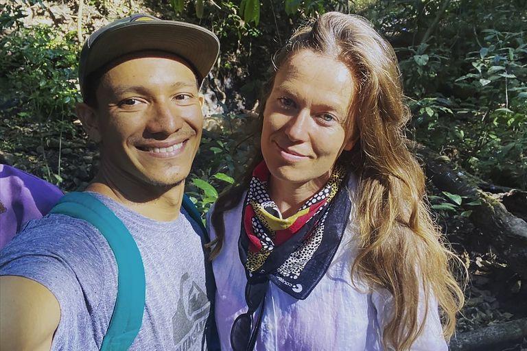 La neocelandesa Bergen Graham y su esposo Oscar Acevedo en Punta Mango, El Salvador, en enero de 2021. La pareja pudo regresar a Nueva Zelanda tras presentar una denuncia judicial (Oscar Acevedo/AP)