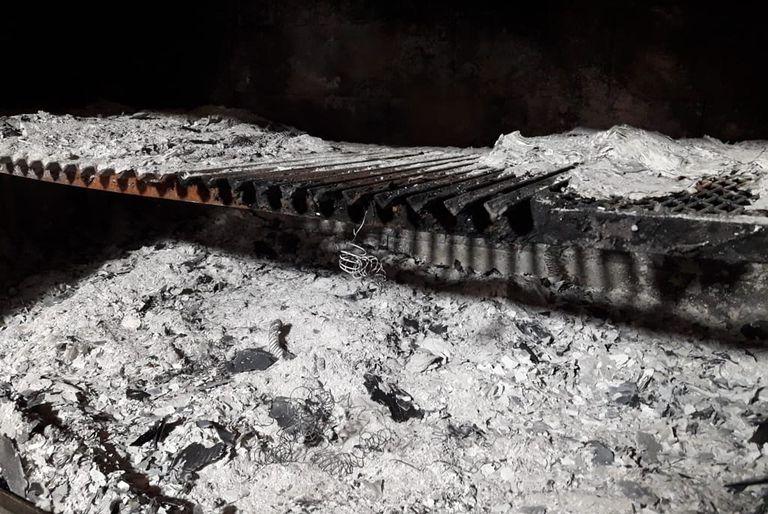 La parrilla donde los sospechosos habría quemado cuadernos con la supuesta contabilidad de la asociación ilìcita