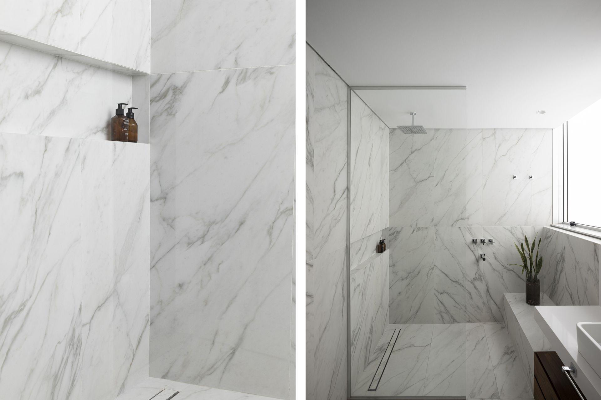 Por la forma que tenía el jacuzzi, la ducha quedó bien amplia, con forma cuadrada y un banco. Conservando la mesada, diseñaron a medida el espejo y el mueble, que apoya en el piso (todo, Estudios Ledesma/Lesel).