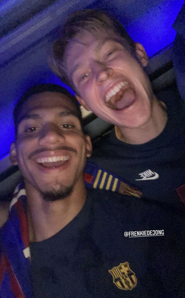 Araújo se tomó una selfie también con Frenkie de Jong