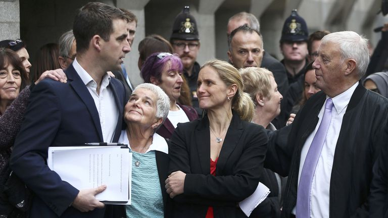 Un tribunal penal de Londres condenó hoy a cadena perpetua sin posibilidad de revisión a Thomas Mair; en la imagen, la familia de Jo Cox, tras la lectura del veredicto