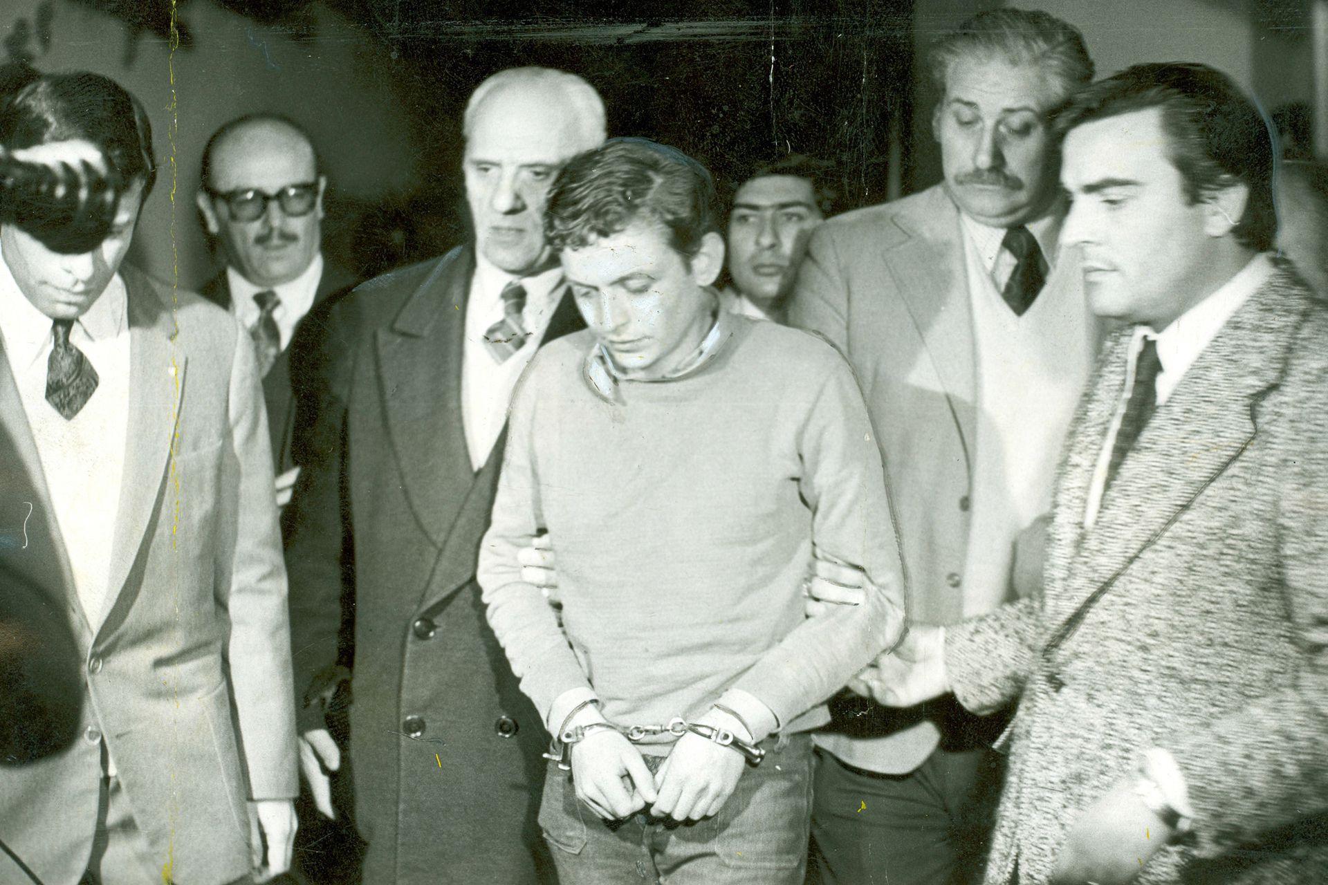Robledo Puch es trasladado de la brigada de Martinez al penal de La Plata. Lo lleva Roberto Petinatto jefe del servicio penitenciario (10 de julio de 1973)