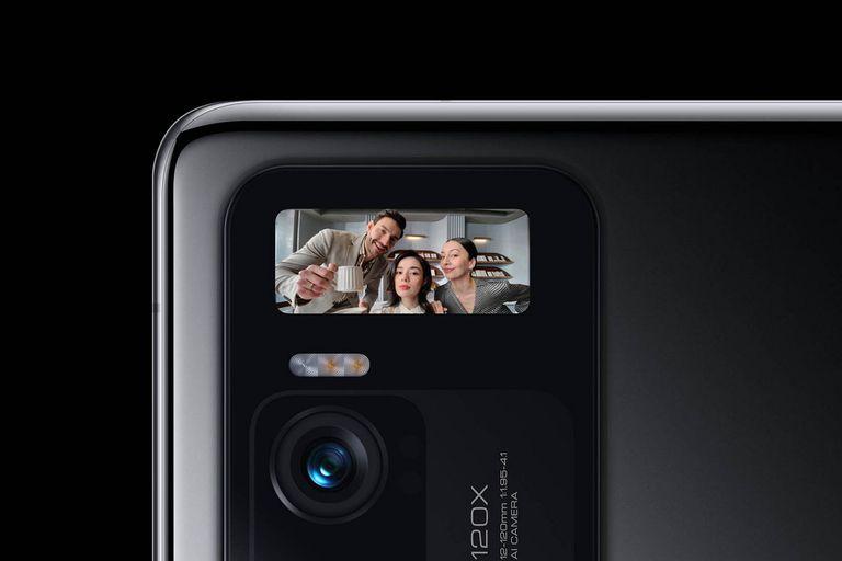 Xiaomi ofrece en el Mi 11 Ultra una pantalla secundaria integrada en su módulo principal de triple cámara