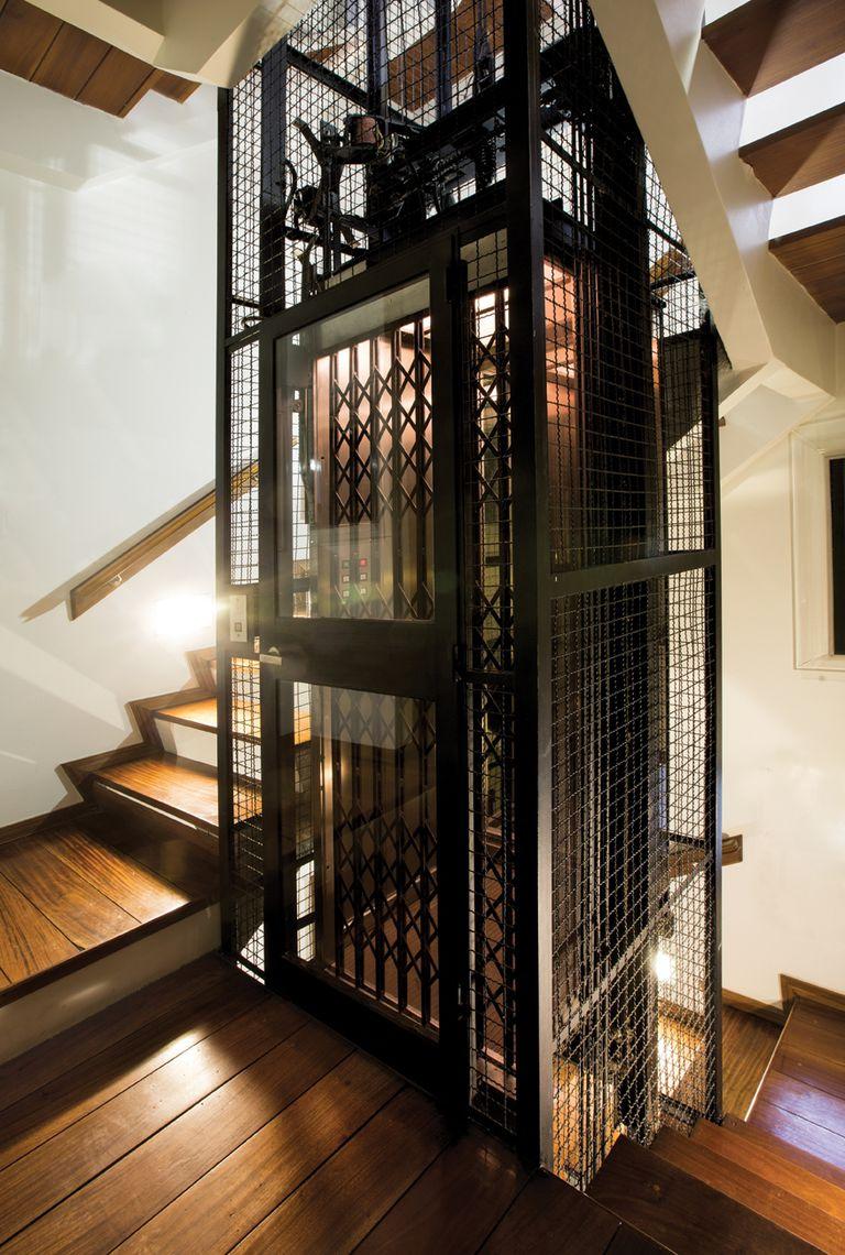 """La casa, que se terminó de construir en 1960, cuenta con un ascensor que une las cuatro plantas. """"Por suerte venía con ascensor; si no, sería como tener un departamento en un tercer piso por escalera"""", explica."""