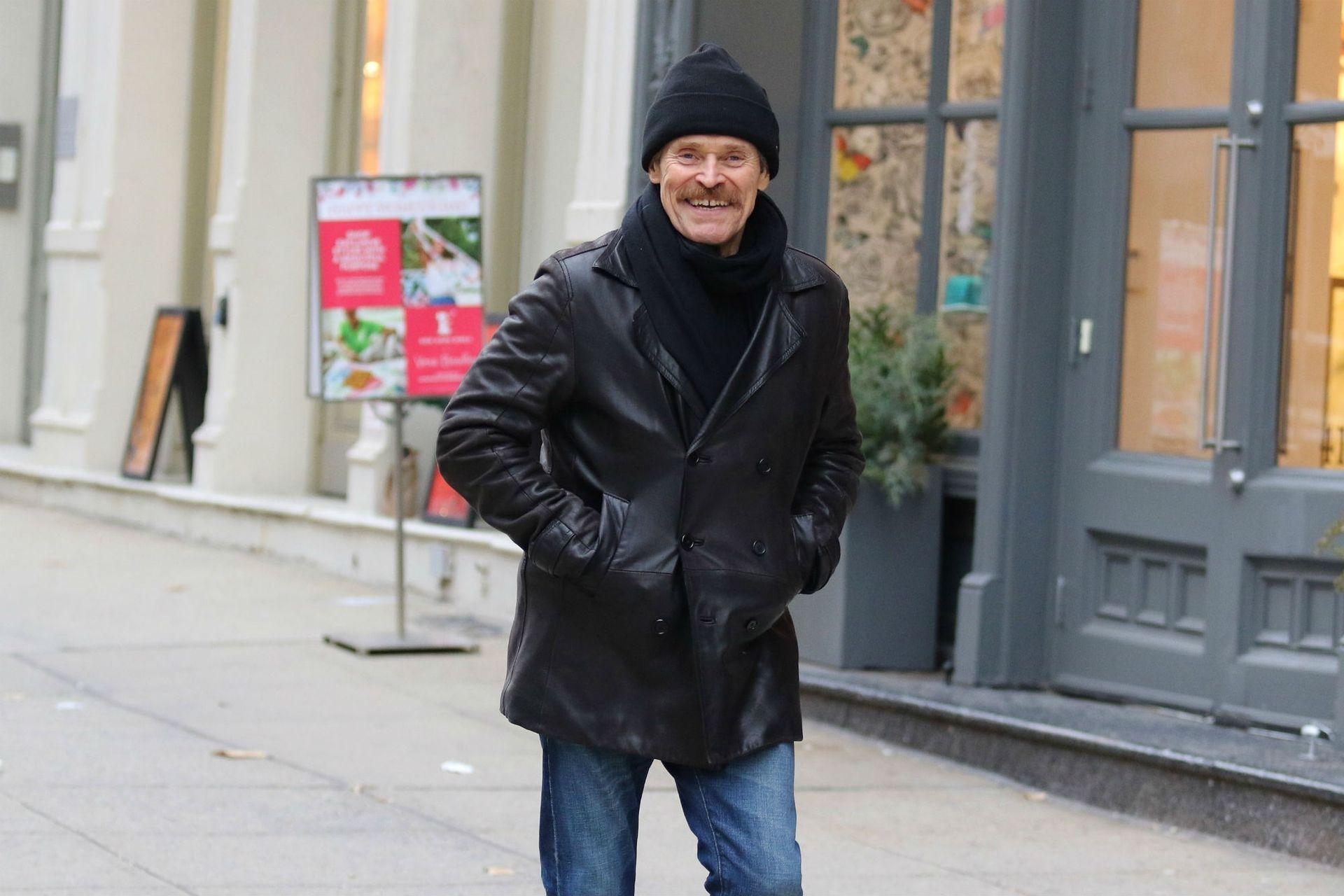 Willem Dafoe sonríe a las cámaras en una Nueva York desierta