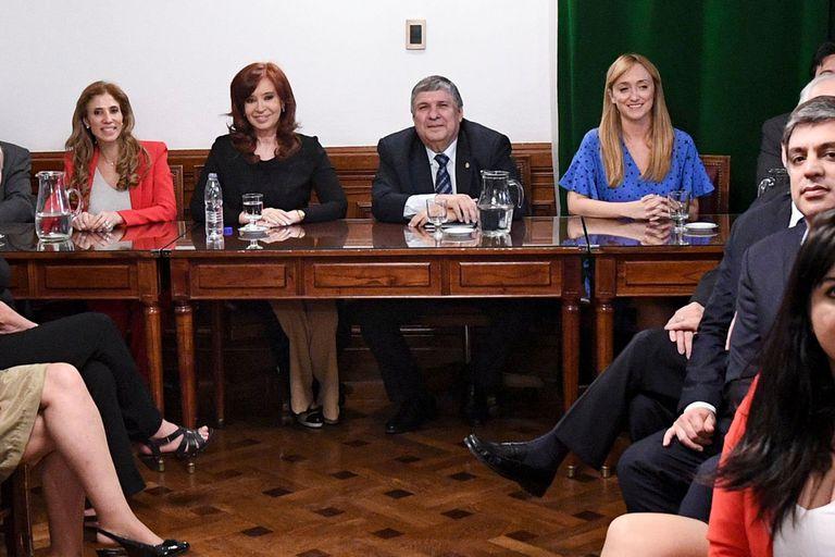 Cristina Kirchner, en una reunión con los senadores del Frente de Todos, rodeada por Claudia Ledesma, José Mayans y Anabel Fernández Sagasti